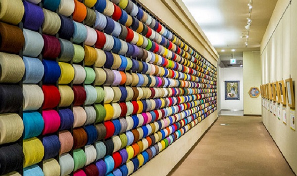 美术馆内毛巾线团展示