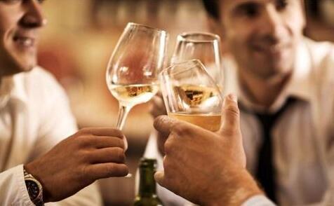 男人应酬喝酒