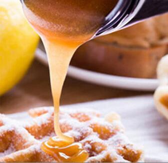 5+kare麦卢卡蜂蜜沾到面包上食用